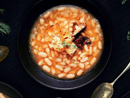 Пържен боб с гъби, домати и чесън на тиган - снимка на рецептата